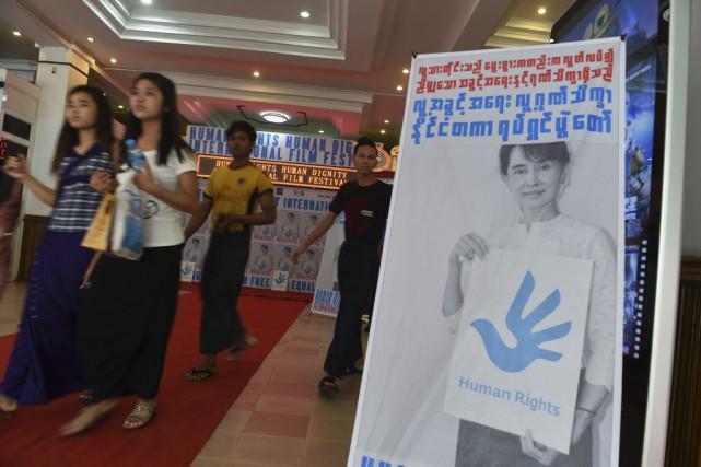 Des affiches du filmTwilight Over Burma mettant en... (PHOTO AFP)