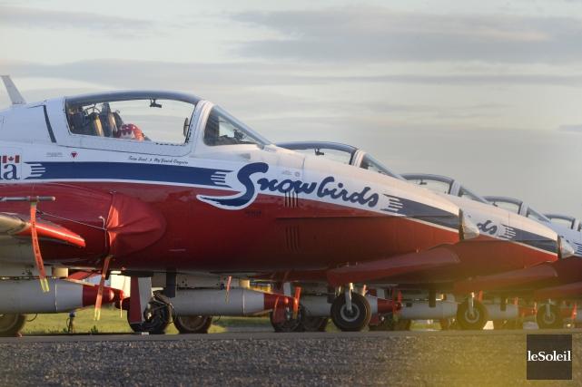 Les Snowbirds sont arrivés à l'aéroport où leurs... (Le Soleil, Jean-Marie Villeneuve)