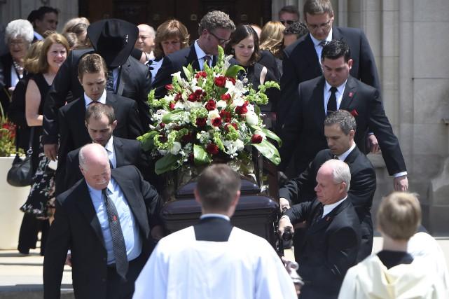 La dépouille de Gordie Howe quitte la cathédrale... (La Presse Canadienne, Nathan Denette)