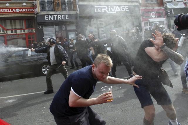 Des partisans anglais tentent de se mettre à... (AP, Michel Spingler)
