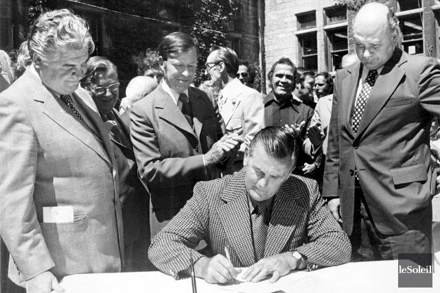 Le 27 juillet 1972, Maurice Richard signe son... (Archives Le Soleil)