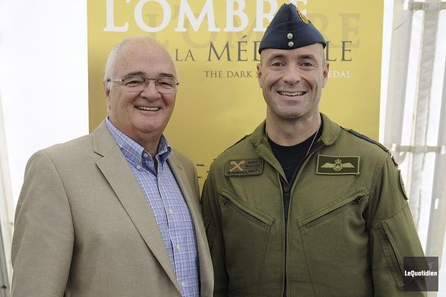 Le colonel Darcy Molstad et le président du... (Photo Le Quotidien, Mariane L. St-Gelais)