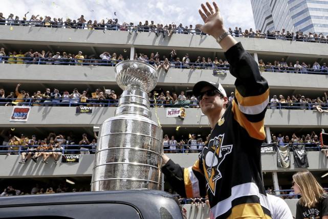 Sidney Crosby soulève fièrement la Coupe Stanley devant... (Associated Press)