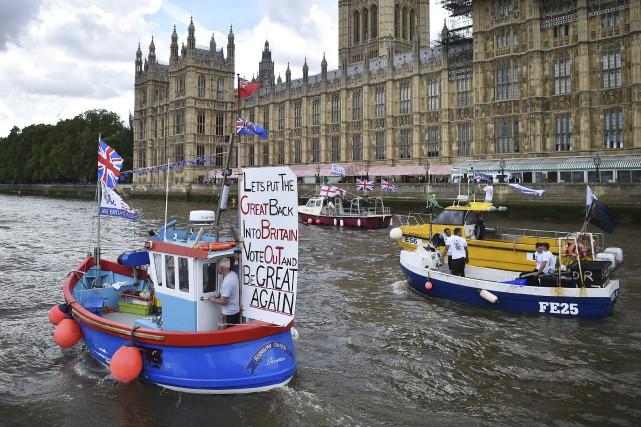 Une flottille de pêcheurs a remonté mercredi la... (AFP, Ben Stansall)