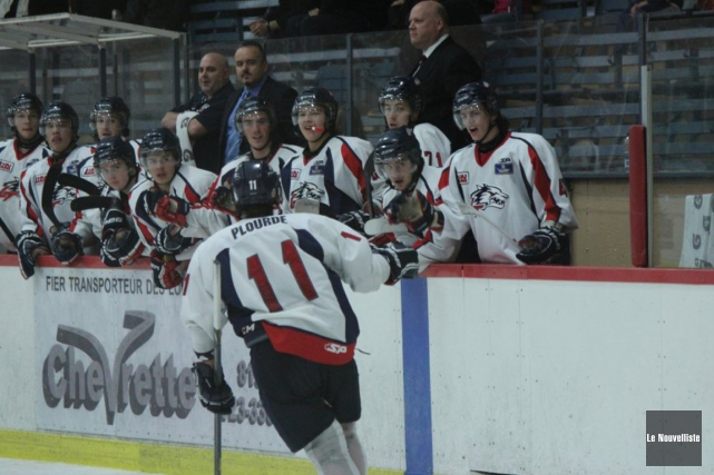 Les partisans de hockey de La Tuque étaient... (Audrey Tremblay, Le Nouvelliste)