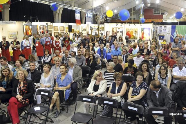 Plusieurs personnes se sont rassemblées au hangar de... (Photo Le Quotidien, Rocket Lavoie)