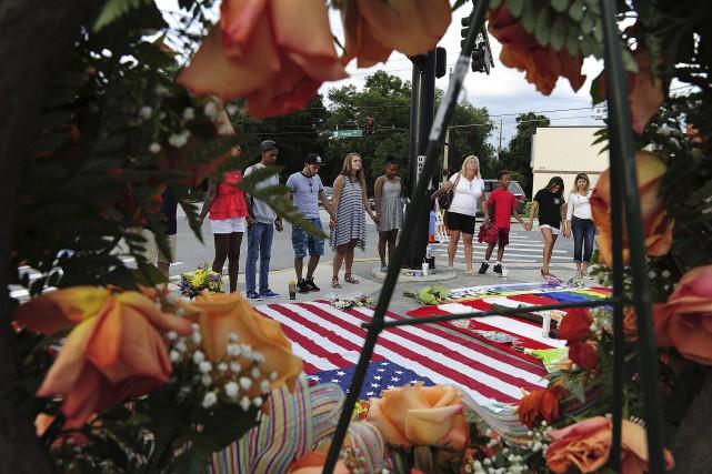 Les habitants d'Orlando continuaient de rendre hommage, mercredi,... (AP)