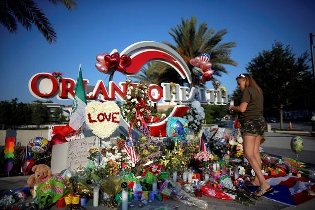Une femme dépose une chandelle et des fleurs... (Photo Jim Young, Reuters)