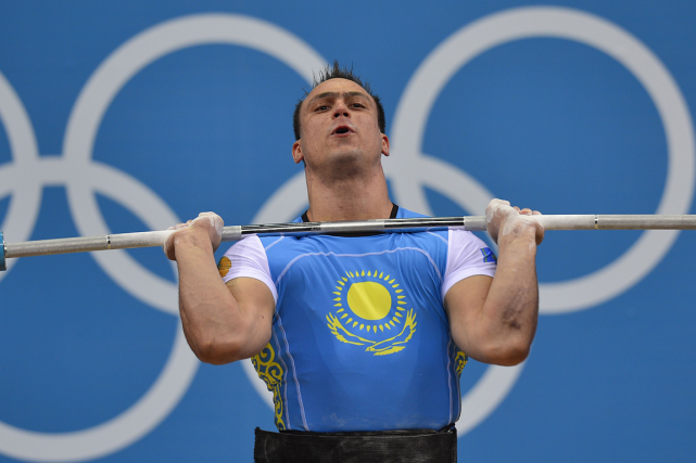 Le double champion olympique kazakh Ilya Ilyin fait... (Photo Yuri Cortez, AFP)