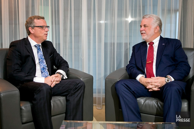 Le premier ministre Philippe Couillard (à droite) rencontre... (PHOTO DAVID BOILY, LA PRESSE)