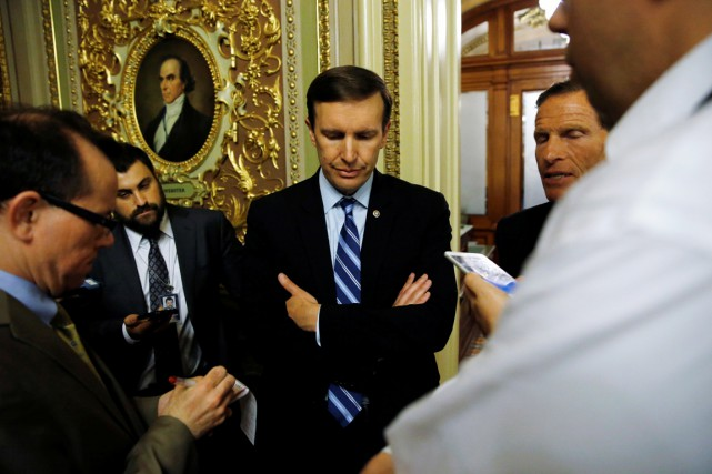 Le sénateur démocrate du Connecticut Chris Murphy s'entretient... (PHOTO Jonathan Ernst, REUTERS)