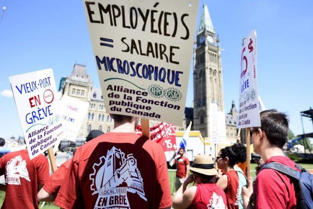 En grève depuis le 26 mai, les quelque... (Photo Justin Tang, La Presse Canadienne)