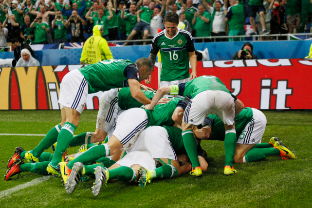 Les joueurs de l'Irlande du Nord célèbrent après... (Photo Robert Pratta, Reuters)