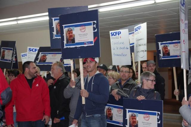 Des dizaines de membres du Syndicat canadien de... (PHOTO FOURNIE PAR LE Syndicat canadien de la fonction publique (FTQ))