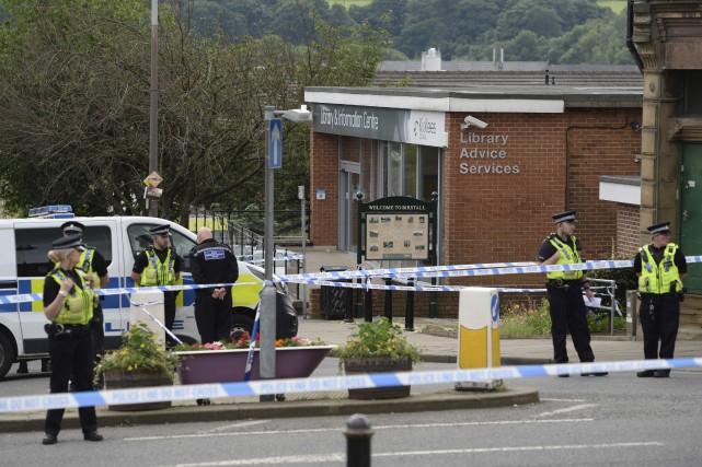 Les policiers surveillent le périmètre de l'endroit où... (Agence France-Presse)