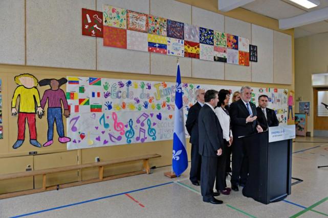 Le premier ministre Philippe Couillard et quelques-uns de... (PHOTO PATRICE LAROCHE, LE SOLEIL)