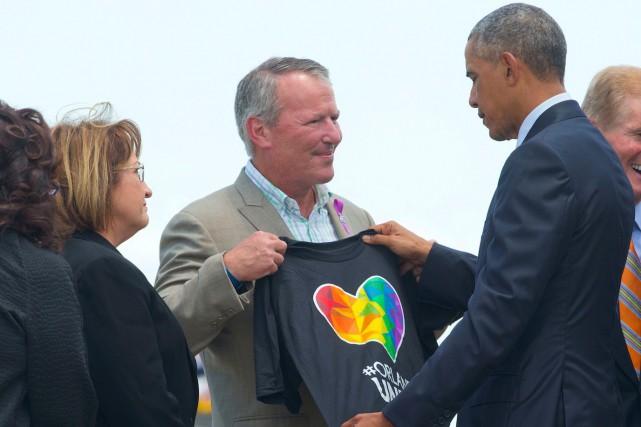 Le président américain Barack Obama regarde un t-shirt... (AP, Pablo Martinez Monsivais)