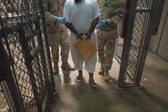 Un des six anciens détenus de la base américaine de Guantanamo accueillis comme... (ARCHIVES AP)