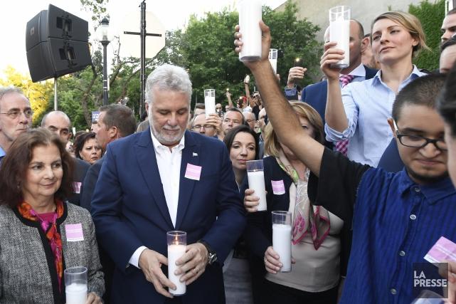 Esteban Torres, à droite, brandissant une chandelle aux... (PHOTO BERNARD BRAULT, LA PRESSE)