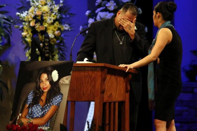 Reynaldo Gonzalez pleure lors des funérailles de sa... (PHOTO AP)
