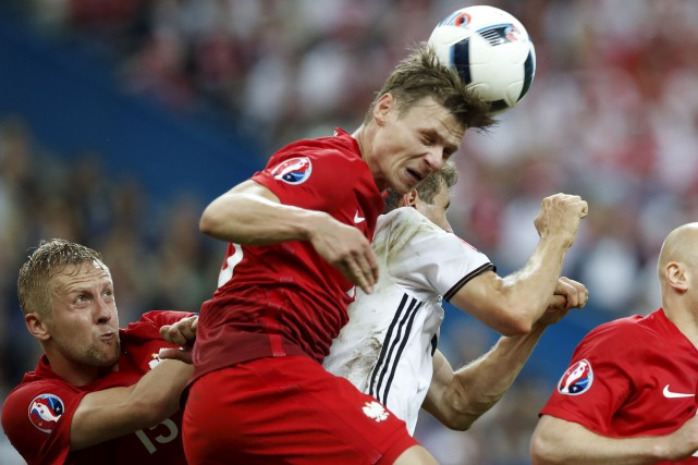 Le Polonais Lukasz Piszczek frappant le ballon avec... (Associated Press)