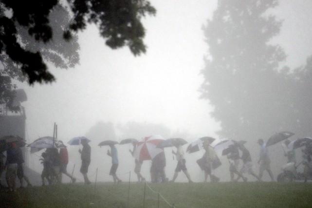 Des supporteurs quittent le parcours alors que la... (Charlie Riedel, AP)