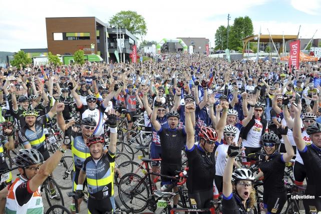 Les quelque mille cyclistes qui ont pris le... (Photo Le Quotidien, Rocket Lavoie)