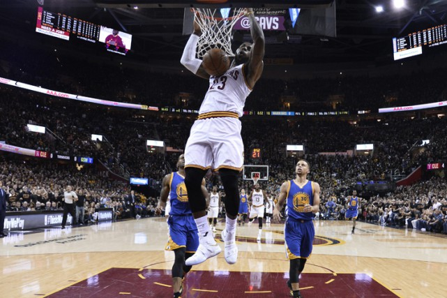 LeBron James a amassé 41 points, 11 aides et huit rebonds et les Cavaliers de... (PHOTO AP)