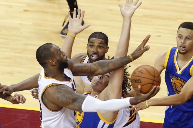 Les Cavaliers ont surclassé les champions en titre... (AFP, Jay LaPrete)