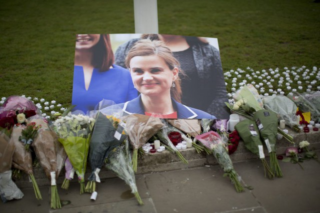 Une photo de la députée Jo Cox, assassinée... (PHOTO MATT DUNHAM, AP)