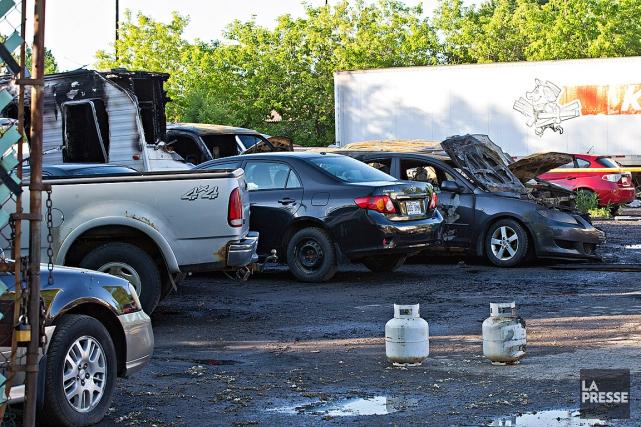Le terrain où les véhicules ont été endommagésest... (Photo Patrick Sanfaçon, La Presse)