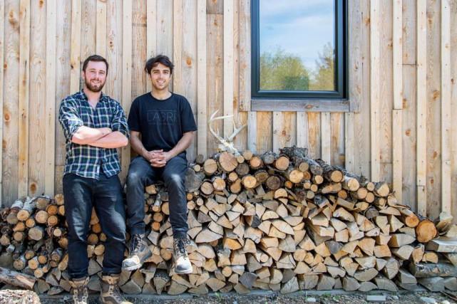 Alexandre Désourdy, 28 ans, apprenti charpentier-menuisier, et Francis... (PHOTO ALAIN ROBERGE, LA PRESSE)