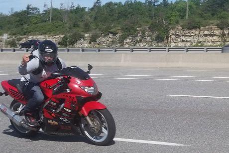 La police d'Ottawa a arrêté le motocycliste qu'elle... (Courtoisie police d'Ottawa)