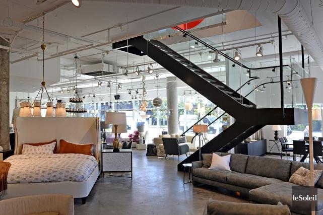 Installé lundi, l'escalier monumental relie la boutique, en... (Le Soleil, Patrice Laroche)