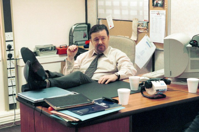 Ricky Gervais dans une scène de The Office.... (PHOTO ARCHIVES REUTERS)