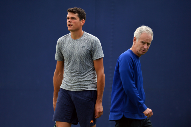 Milos Raonic et son nouvel entraîneur John McEnroe.... (Photo Glyn Kirk, archives AFP)
