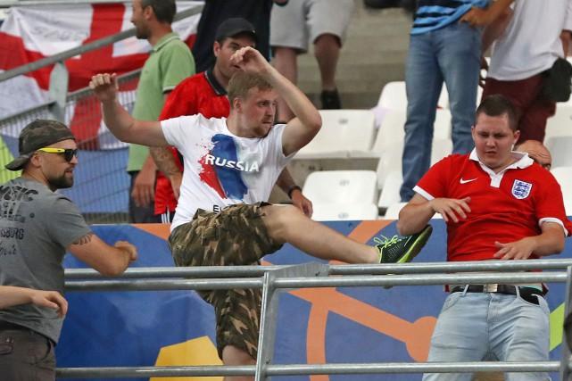 Des partisans de l'équipe nationale russe s'en prennent... (PHOTO Thanassis Stavrakis, ARCHIVES AP)