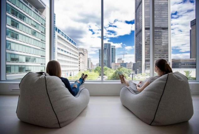 Les bureaux de l'entreprise Shopify à Montréaloffrent une... (PHOTO MARCO CAMPANOZZI, LA PRESSE)