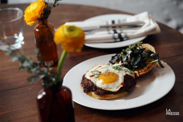 Le burger déjeuner du restaurant Petite Maison.... (PHOTO MARTIN CHAMBERLAND, LA PRESSE)