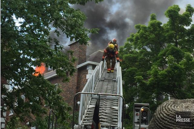 Un incendie majeur fait rage dans Outremont, cet après-midi, et monopolise une... (Photo Hélène Cenedese)