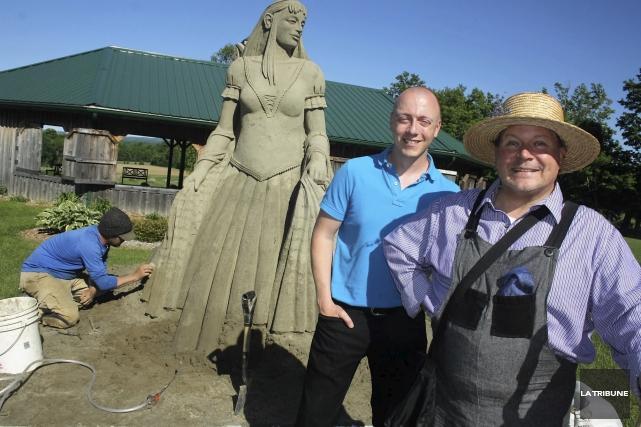 Le sculpteur Stéphane Robert a réalisé trois sculptures... (La Tribune, Jean-François Gagnon)