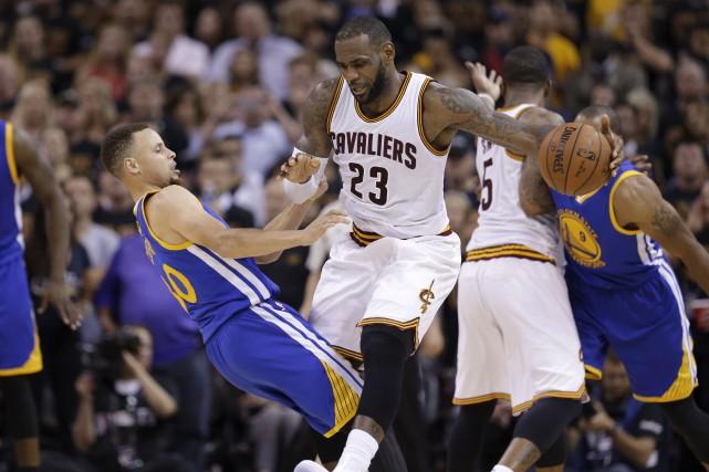 LeBron James a complètement dominé Stephen Curry lors... (AP, Tony Dejak)