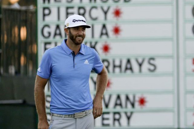 Dustin Johnson avait de bonnes raisons de sourire... (Charlie Riedel, Associated Press)