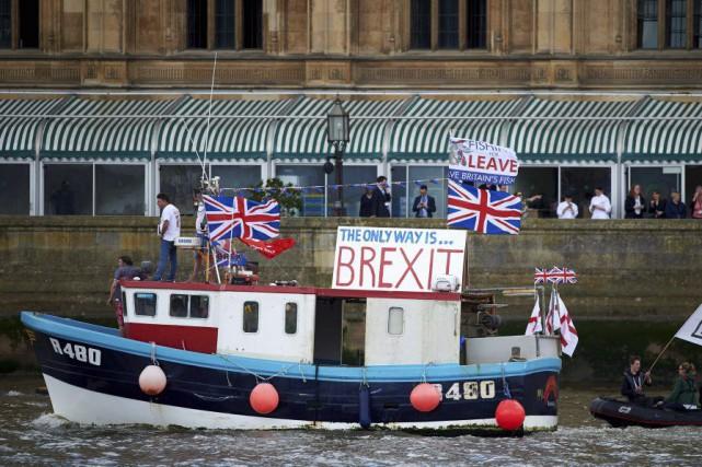 À moins d'une semaine du référendum sur le... (PHOTO NIKLAS HALLE'N, AFP)