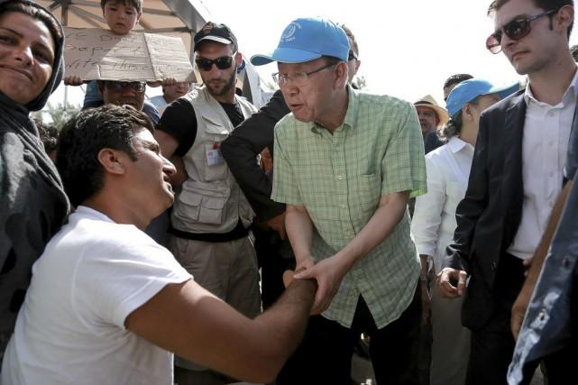 Ban Ki-moon a rencontré des réfugiés sur l'île... (Photo Manolis Lagoutaris, InTime News via AP)