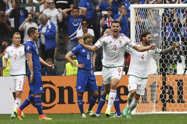 Les joueurs hongrois ont célébré à la fin... (PHOTO ANNE-CHRISTINE POUJOULAT, AFP)