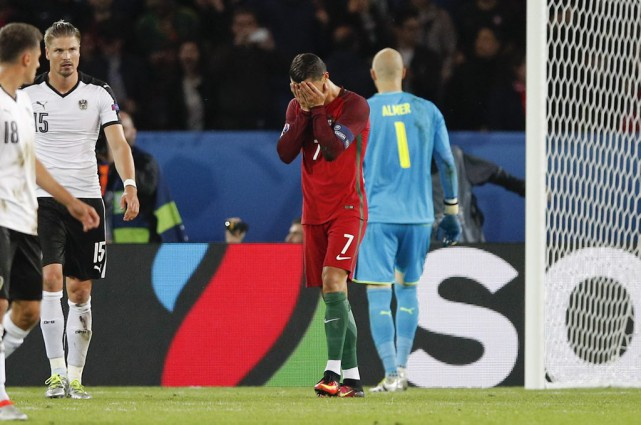 Cristiano Ronaldo se prend la tête dans les... (Christophe Ena)