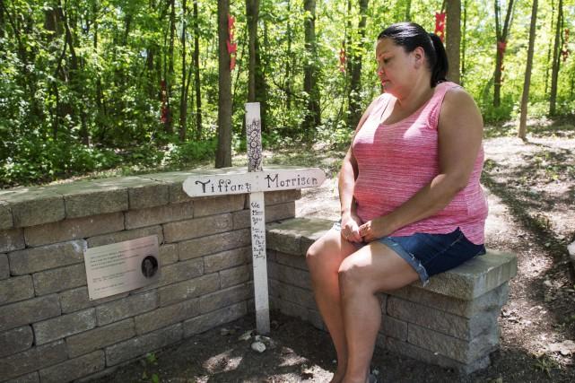 Assise devant un mémorial dédié à sa soeur... (La Presse Canadienne, Ryan Remiorz)