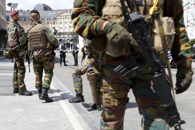 Des soldats montent la garde à l'extérieur de... (PHOTO FRANÇOIS LENOIR, REUTERS)