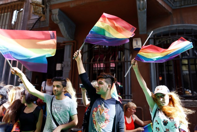 Des militants LGBT affichent leurs couleurs lors de... (Photo Osman Orsal, Reuters)